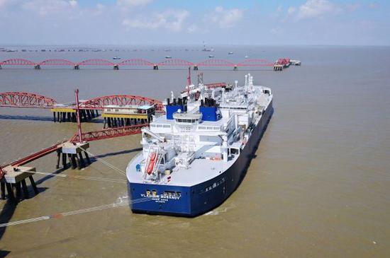 """今年7月俄罗斯""""弗拉基米尔·鲁萨诺夫""""号和""""爱德华·托尔""""号两艘Arc7冰级液化天然气(LNG)油轮已经往中国运送首批两批""""亚马尔液化气""""。(法新社)"""