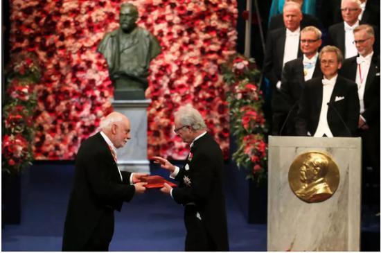 ▲2016年诺贝尔化学奖得主弗雷泽·斯图达特领奖 图据《华尔街日报》
