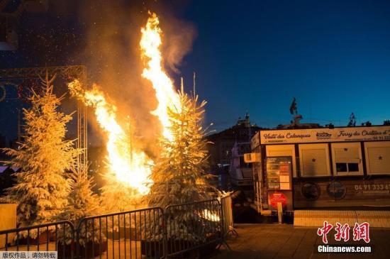 """資料圖:截至當地時間12月4日,法國民衆爲抗議政府增加燃料稅,已經連續3個週末在法國各地展開""""黃背心""""運動,抗議活動最終演變爲了大規模的暴亂。圖爲抗議活動中街頭的聖誕樹被點燃。"""