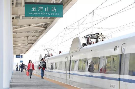 11月23日,江西省上饶市上饶县四十八镇五府山高铁站,乘客正准备上车。 新京报记者 王飞 摄