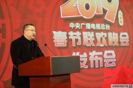 中央广播电视总台央视大型节目中心副主任陈临春介绍本届春晚的主题和核心亮点。