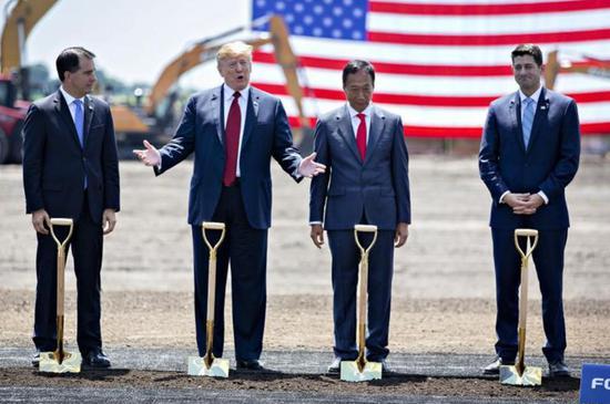 ▲特朗普参加富士康威斯康星液晶显示器工厂的奠基仪式 (Daniel Acker/Bloomberg)