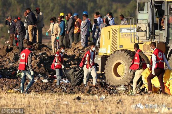 ▲救援人员在坠机现场工作.来源视觉中国