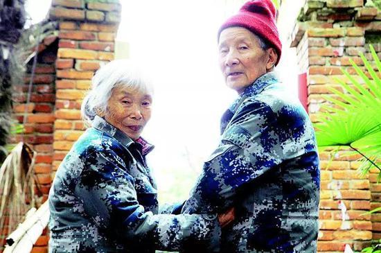 马旭和老伴在家门口。(照片来源:湖北日报 徐晨摄)