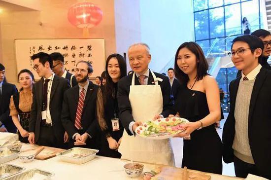 ▲资料图片:崔天凯大使与中美青年一同包饺子。(中国驻美大使馆网站)