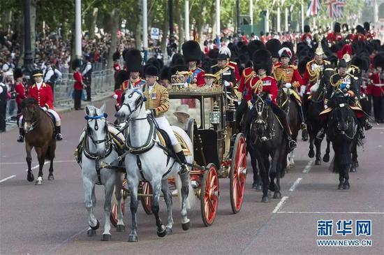 当地时间6月8日,在英国伦敦,英女王伊丽莎白二世乘马车返回白金汉宫。