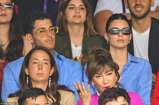 Via Getty Images;美國超模肯達爾·詹娜(右)與阿拉伯富二代男閨蜜Fai(左)同穿藍色襯衫觀賽