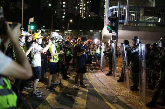 27日,暴力激进分子与警察对峙。范凌志摄