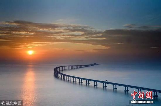 图为2018年10月21日,航拍镜头下的港珠澳大桥秋日美景。 图片来源:视觉中国/采用自中新网