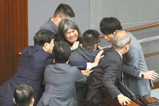 2016年,香港立法會驚爆宣誓鬧劇,部分新當選議員企圖塗改就職宣誓的誓詞。