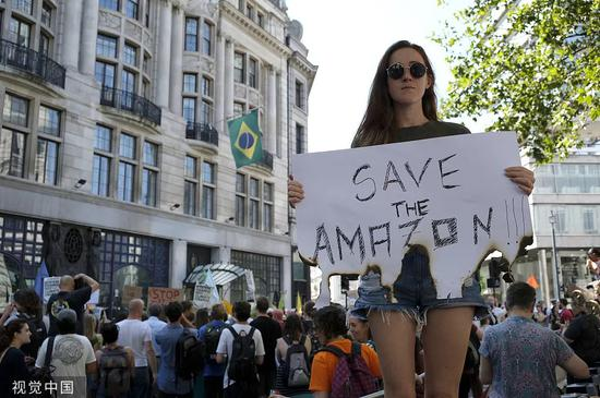 当地时间8月23日,英国伦敦,民众集会呼吁巴西政府采取措施控制亚马孙雨林大火。