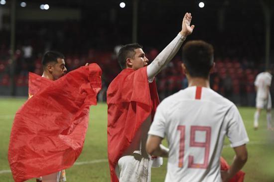 ▲9月10日,中国队球员李可(左)、艾克森(中)身披国旗庆贺角逐成功。(新华社)