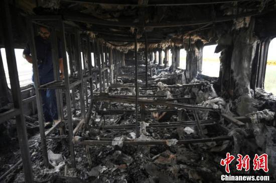 <b>巴基斯坦起火列车内部曝光 满目焦黑现场惨烈|起火|巴基斯坦</b>
