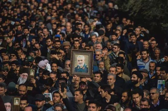 悼念苏莱曼尼的伊朗民众