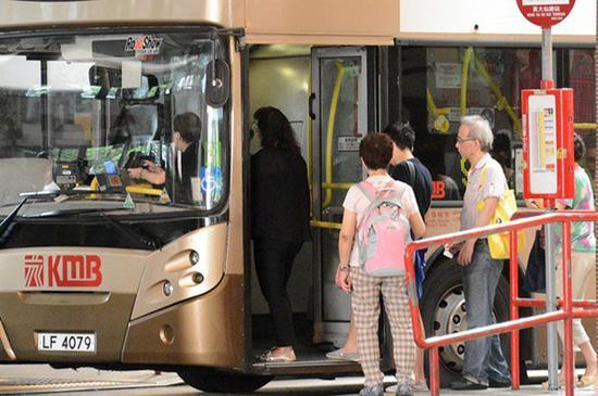 """香港""""两元乘车优惠""""扩至60岁 57万银发族受惠图片"""