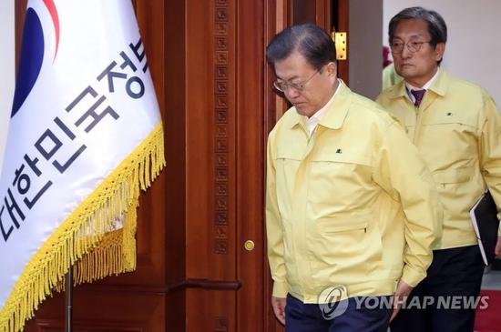 文在寅走进新冠病毒疫情对策会议会场。来源:韩联社
