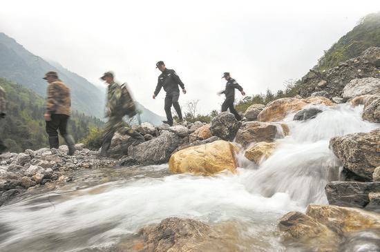 巡逻队员们在山间穿行