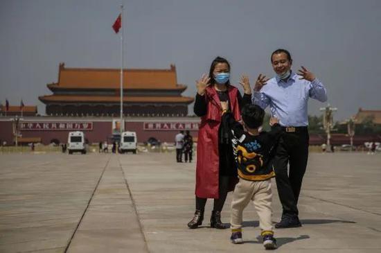 ▲旅客4月28日在北京天安门广场观光游览。(欧洲消息图片社)