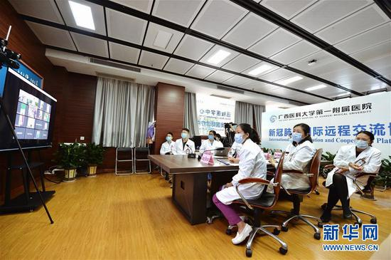4月20日,广西医科大学第一隶属医院专家与柬埔寨医务职员举行视频交换。 新华社记者 崔博文 摄