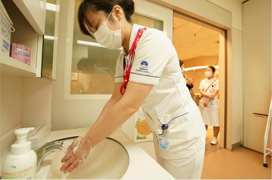 东京一家医院的医护人员(美联社)