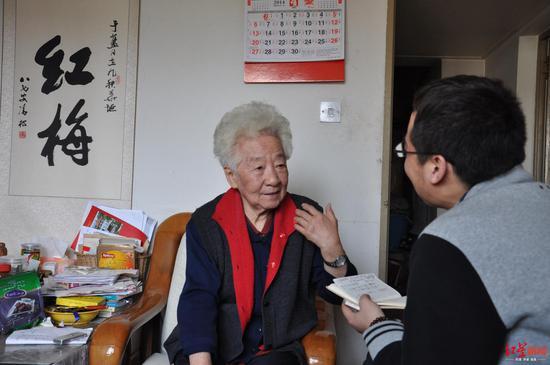 红星消息记者2014年采访于蓝 拍照 张建方