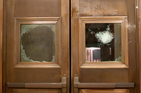 美国国会山上的暴乱遗留物群像(图)