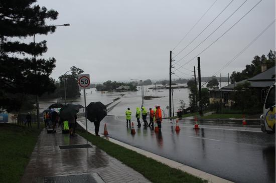 """澳大利亚斥巨资新建的""""防洪桥""""被洪水淹没 网友吐槽"""