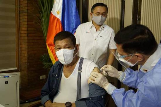 5月3日,菲律宾总统杜特尔特接种中国国药新冠疫苗 图源:菲律宾消息部