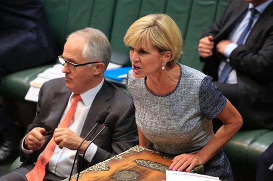 ▲毕晓普在议会上发表演讲,前左为澳大利亚总理特恩布尔。(美国广播公司网站)