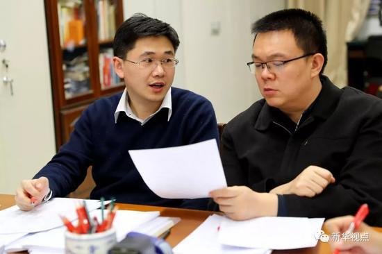 国办旁听全国两会工作汇总组工作人员在讨论问题(3月6日摄)。新华社记者 张玉薇 摄