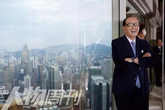 2013年11月22日,李嘉诚在香港长实中心的会议室,背后是维多利亚港 图 / 本刊记者 方迎忠