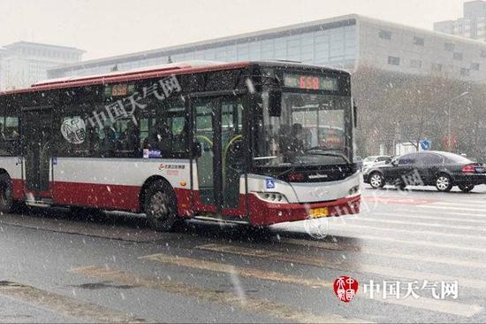 今天上午9时20分左右,国家图书馆附近降雪明显。(图/赵嫣嫣)