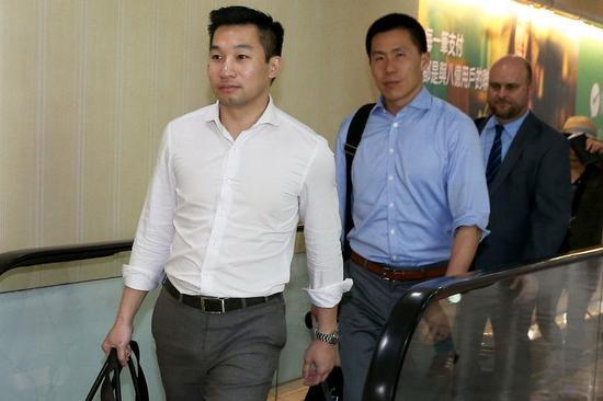 """黄之瀚(左)抵达台北桃园机场 图源:台湾""""中央社"""""""
