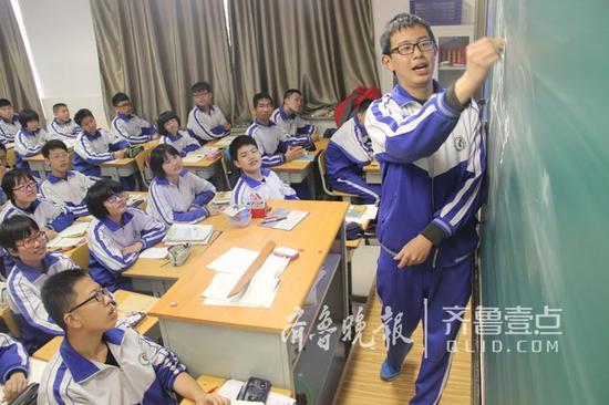 去年考上西安交大少年班的济微中学张晓昊给同学们讲题。(资料片) 记者 李飞 摄