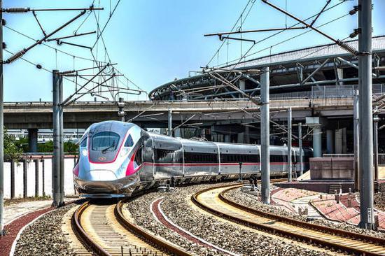 """""""复兴号""""高铁在北京南站 @视觉中国"""