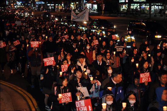 韩国民众集会呼吁朴槿惠下台