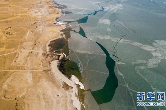 近日天气转暖,青海湖迎来开湖季。(图片来源:新华网)