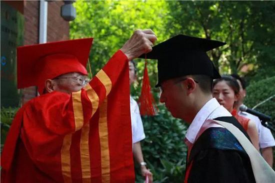 张斌先生为研究生颁授学位