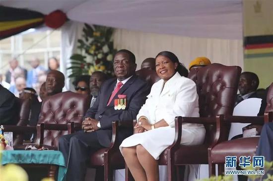 2017年11月24日,在津巴布韦首都哈拉雷的国家体育场,埃默森·姆南加古瓦(前左)出席宣誓就职仪式。津巴布韦新任总统埃默森·姆南加古瓦24日在哈拉雷宣誓就职。 新华社发(陈雅琴摄)