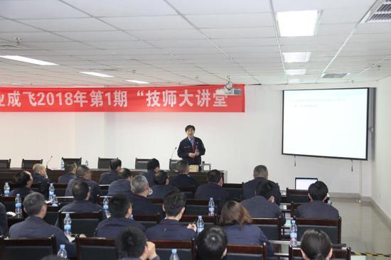 申少泽在技师大讲堂上与团队成员交流。 航空工业成飞供图