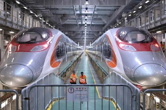 港铁表示,一列停泊于维修车库的高铁列车,尾卡部份车轮偏离路轨。(图片来源:香港橙新闻)