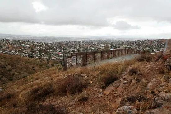 这是1月10日在美国加利福尼亚州圣迭戈市一侧拍摄的美墨边境原有隔离墙。新华社记者许睿摄