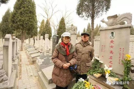 ▲2018年3月11日,高岩20年忌日,高岩父母给爱女扫墓。
