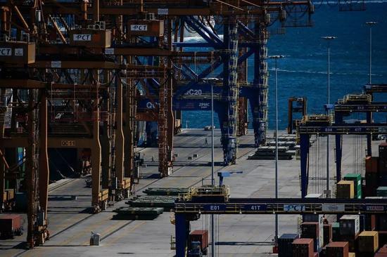 ▲希腊的比雷埃夫斯集装箱码头由中国中远集团运营。(美国《纽约时报》)