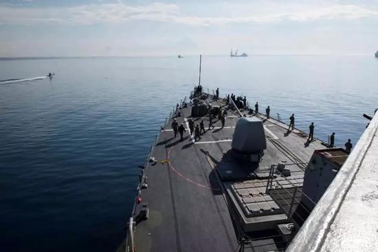 ▲美国海军伯克级驱逐舰驶离塞浦路斯的拉纳卡港。(路透社)