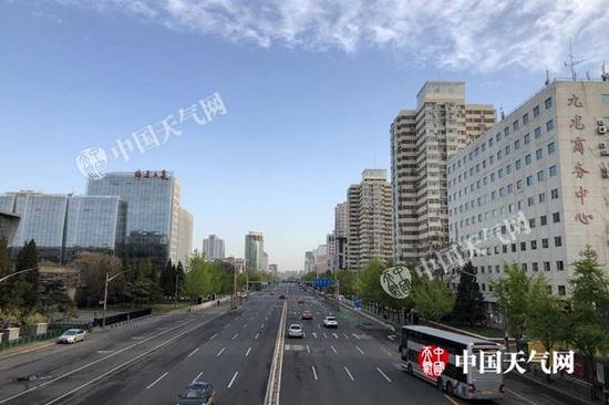 今天早晨,北京天空放晴,蓝天重现。