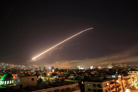 14日凌晨,导弹飞过叙利亚首都大马士革上空