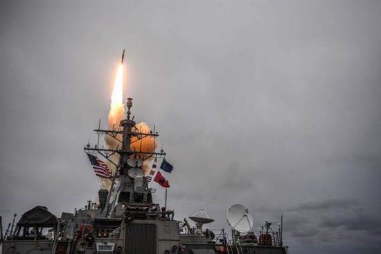 美军从驱逐舰上发射战斧导弹