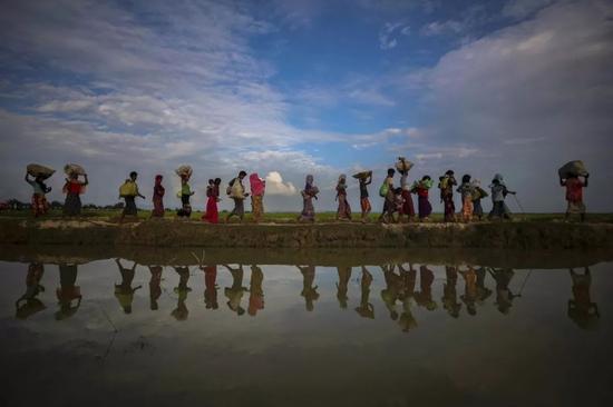 2017年11月2日,在从缅甸逃入帕朗·卡里的罗兴亚难民,水中的倒影。▲