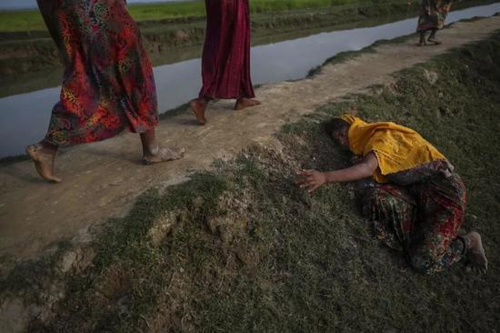 2017年11月2日,一名在缅甸逃离暴力的罗兴亚难民向他人求助。